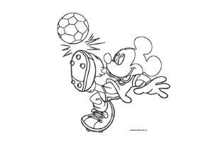 Микки Маус играет в футбол